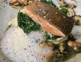 Seesaibling mit Muschel, Spinat und Beurre Blanc