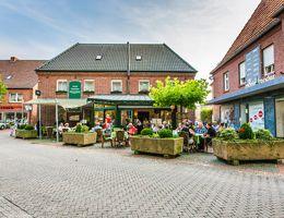Unser Biergarten bietet bei schönem Wetter bis zu 50 Gästen Platz. Besonders beliebt ist der Loungebreich unter dem Sonnensegel.