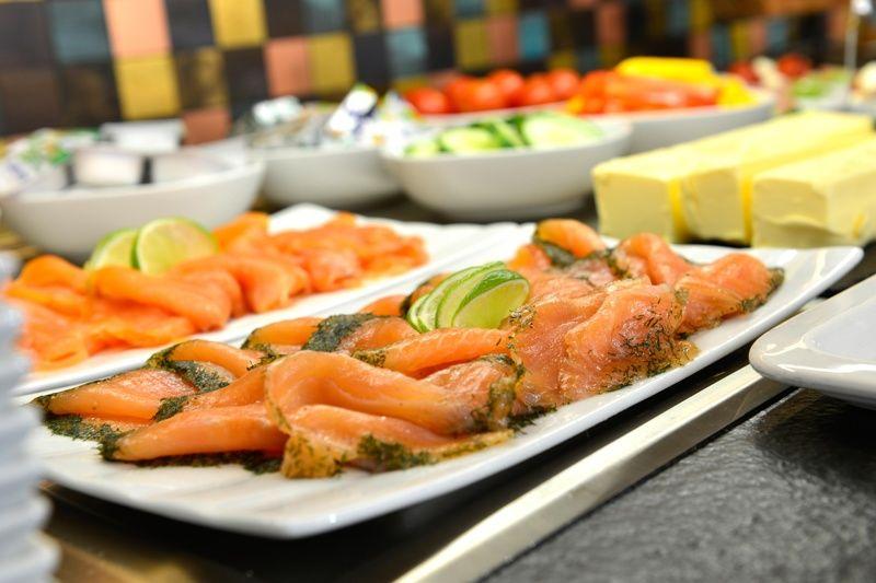 frische-lachsauswahl-abwechslungsreiches-fruehstuecksbuffet-konferenzhote-erb-parsdorf