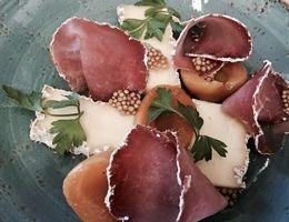 Brie de Meaux mit Camemberti Schinken und eingelegten Aprikosen